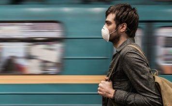 Mascherina nella metro