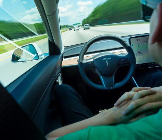 Tesla Modello 3 con autopilot